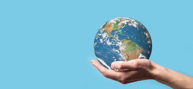 3d kula ziemska planety w mężczyzna, ręka kobiety, ręce