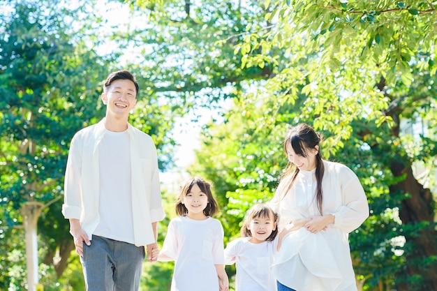 4 członków rodziny spacerujących po zielonej ulicy?