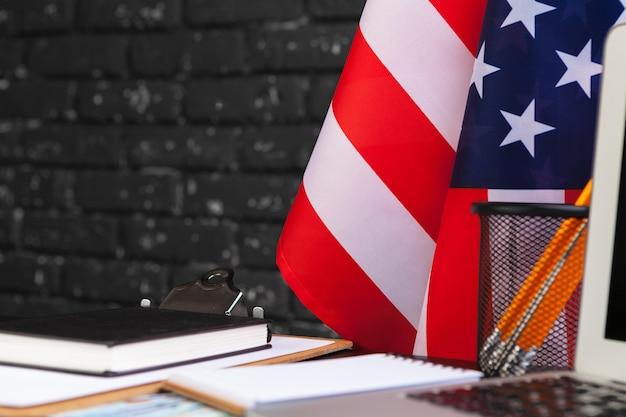 4 lipca amerykański dzień niepodległości usa flagi ozdoby w biurku z komputerem