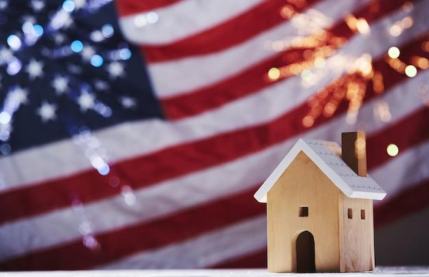 4 lipca dzień niepodległości, święto pracy, flaga usa na fakturze tkaniny, model domu z fajerwerkami na fladze