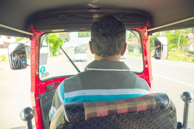 4 marca 2018 r. hikkaduwa, sri lanka. kierowca tuk-tuk w kokpicie