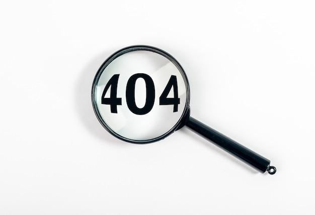 404 napis błędu. lupa na białym tle.