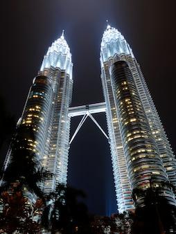 451m petronas towers w kuala lumpur w nocy