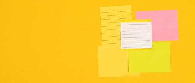 5 arkuszy papieru firmowego ułożonych na żółtym tle