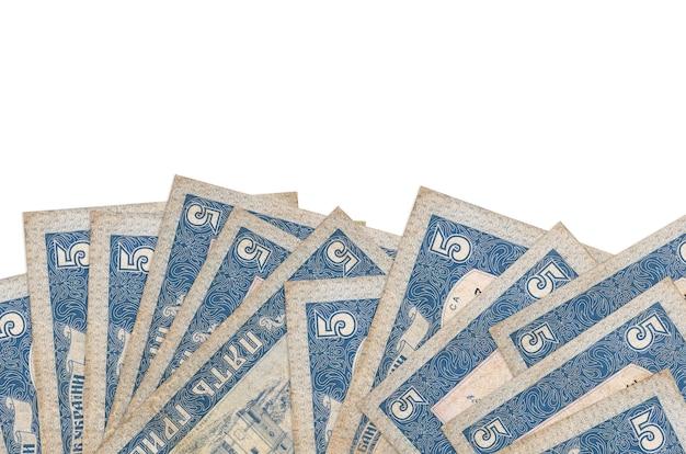5 rachunków hrywny ukraińskiej leży w dolnej części ekranu na białym tle z miejsca kopiowania