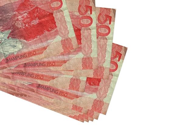 50 filipińskich rachunków piso leży w małej wiązce lub paczce na białym tle. . koncepcja biznesu i wymiany walut