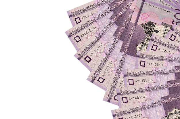 50 rachunków peso dominikańskich leży na białym tle na białej ścianie z miejsca na kopię. . duża ilość bogactwa w walucie krajowej