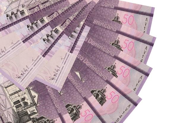50 rachunków peso dominikańskich leży na białym tle