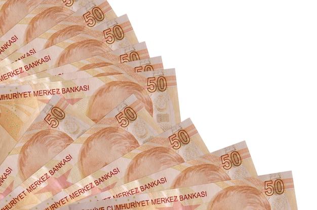 50 rachunków tureckich lirów leży na białym tle ułożone w wentylator z bliska. koncepcja chwilówki lub operacje finansowe