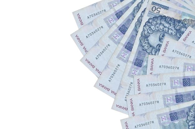 50 rachunków za chorwackie kuny leży na białym tle. koncepcyjne tło bogate życie. duża ilość bogactwa w walucie krajowej