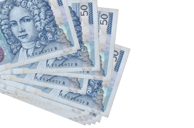 50 rachunków za chorwackie kuny leży w małej paczce lub paczce na białym tle. koncepcja biznesowa i wymiany walut