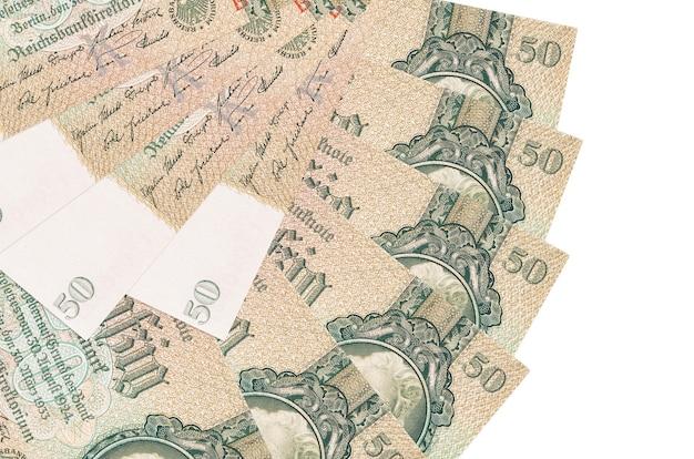 50 rzeszy zaznacza rachunki leży na białym tle na białej ścianie z miejsca na kopię ułożone w kształcie wentylatora z bliska. koncepcja transakcji finansowych