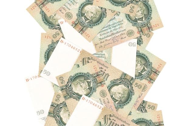 50 rzeszy zaznacza spadające rachunki w izolacji. wiele banknotów spada z białą przestrzenią na kopię po lewej i prawej stronie