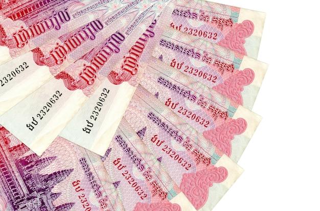 500 kambodżańskich rachunków riel leży odizolowane ułożone w kształcie wentylatora z bliska. koncepcja transakcji finansowych