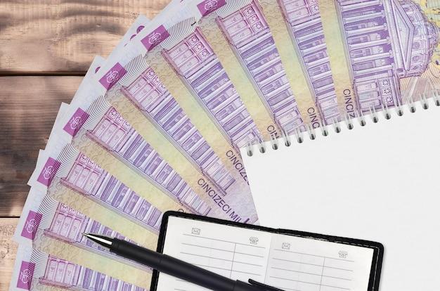 50000 rumuńskich lejów wachlarz i notatnik z książką kontaktową i czarnym długopisem. koncepcja planowania finansowego i strategii biznesowej. księgowość i inwestycje
