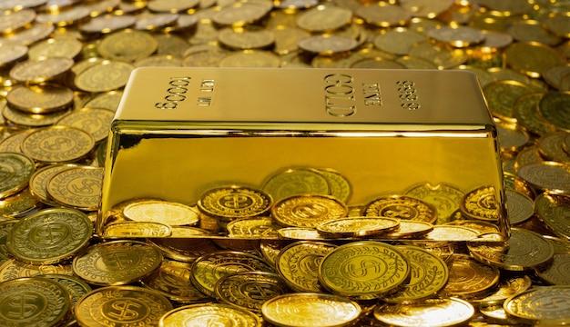 500px photo id: 1025453551 - zbliżenie błyszczący sztabka złota 1 kg na stosie złotej monety dużo