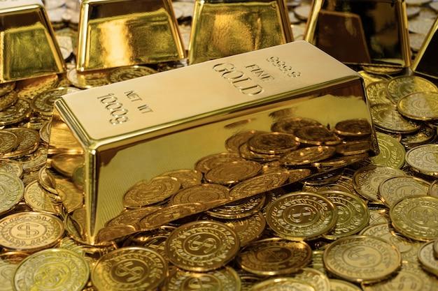 500px photo id: 1025453559 - zbliżenie błyszczący sztabka złota 1 kg na stosie złotej monety dużo