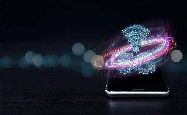 5g i internet rzeczy lub koncepcja iot, 5g i znak internetowy z wirtualnym efektem na smartfonie