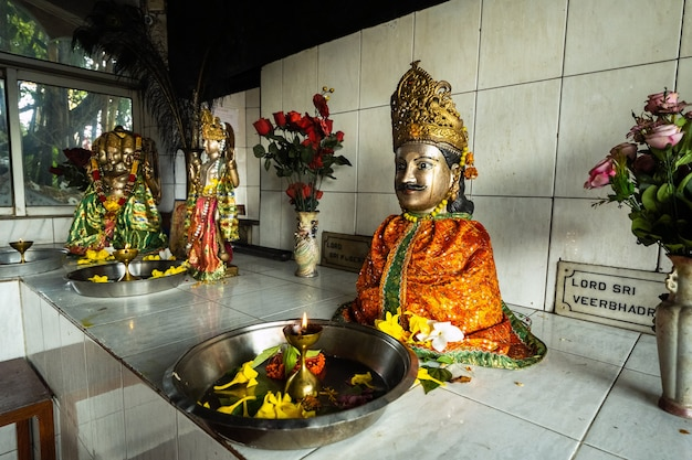 6 grudnia 2019.mauritius.africa.locals w hinduskiej świątyni ganga talao, grand bassin na wyspie mauritius