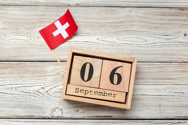 6 września. obraz z 6 września drewniany kalendarz na drewnianym stole. jesienny dzień