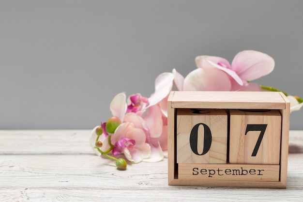 7 września obraz z 7 września drewniane kolor kalendarza na drewnianym stole. jesienny dzień. puste miejsce na tekst