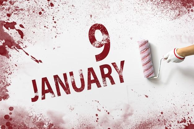 9 stycznia dzień 9 miesiąca data w kalendarzu ręka trzyma wałek z czerwoną farbą i pisze