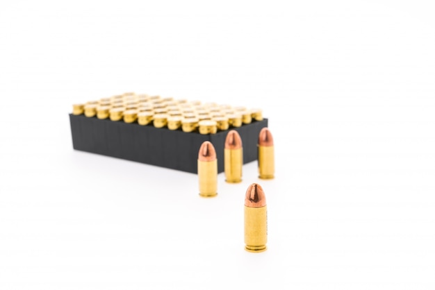 9mm pocisk do pistoletu na białym tle