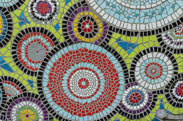 Â¡kolorowa mozaika z kręgami kalejdoskopu z potłuczonych płytek ceramicznych.