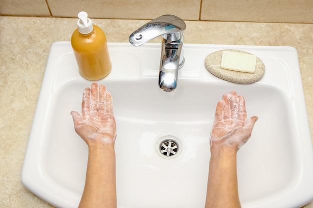 A mycie rąk mydłem pod kranem wodą