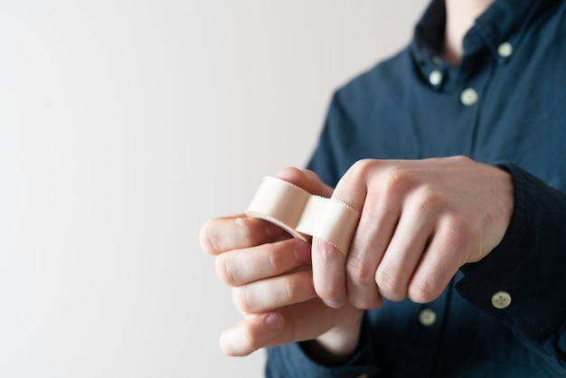 A nakładanie taśmy medycznej na rękę, plaster chroniący skórę przed bólem