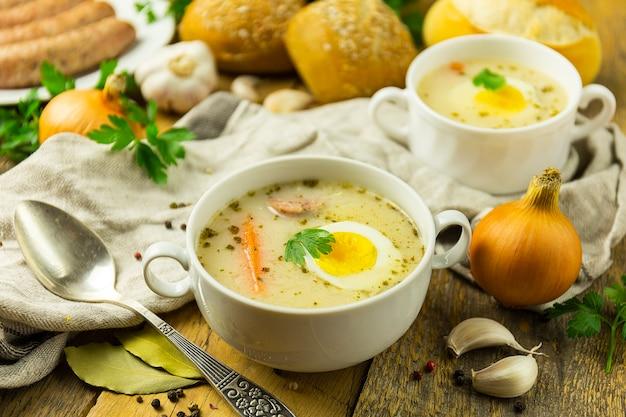 Å »urek tradycyjna polska zupa na drewnianym stole