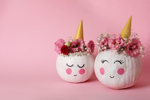 à ¡ute dynie z halloweenowym makijażem na różowym tle