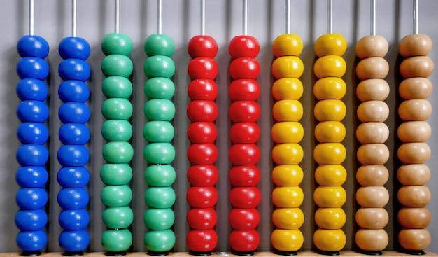 Abacus dla liczenia praktyki na szarym tle