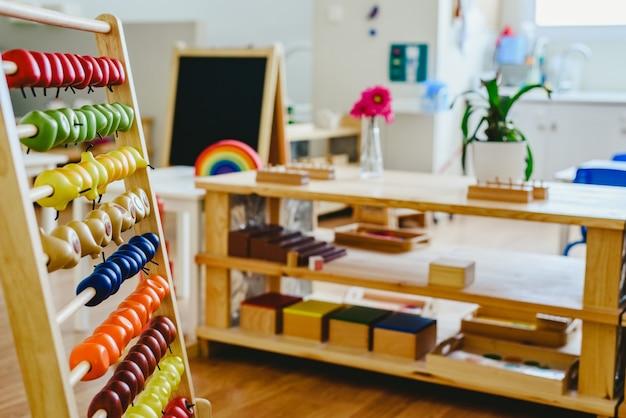 Abacus montessori z plastikowymi owocami do nauki operacji matematycznych