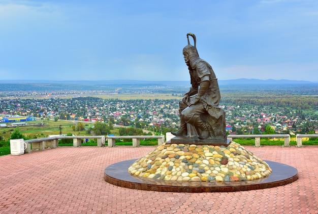 Abakan siberia rosja09012021 rzeźba stepowego wojownika na tle przedmieścia
