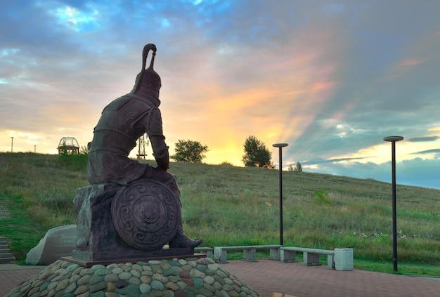 Abakan syberia rosja09012021 rzeźba stepowego wojownika na tle promieni