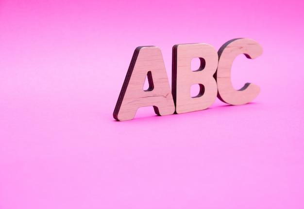Abc litery na różowym tle
