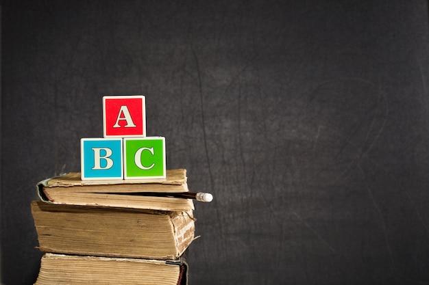 Abc na starych podręcznikach przy tablicy w klasie