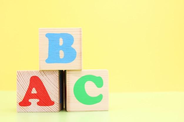 Abc - pierwsze litery alfabetu angielskiego na drewnianych zabawkowych kostkach.