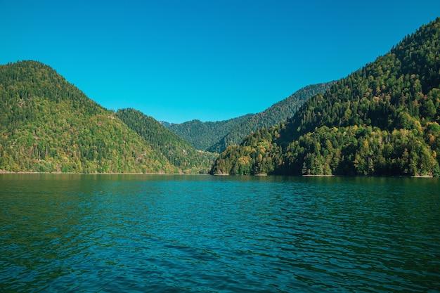 Abchazja, słynne jezioro ritsa. malownicze, majestatyczne, czyste, turkusowe jezioro.