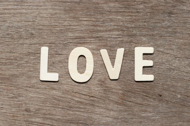 Abecadło list w słowo miłości na drewnianym tle