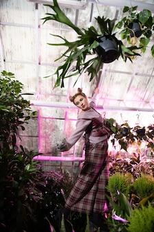 Absolutnie wolny. piękna rozmarzona kobieta czuje wolność stojąc wśród kwiatów