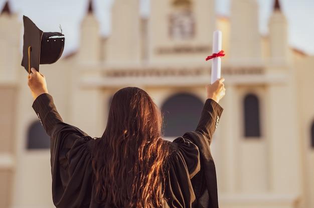 Absolwenci noszą czarny kapelusz, aby oznaczyć gratulacje z okazji ukończenia szkoły