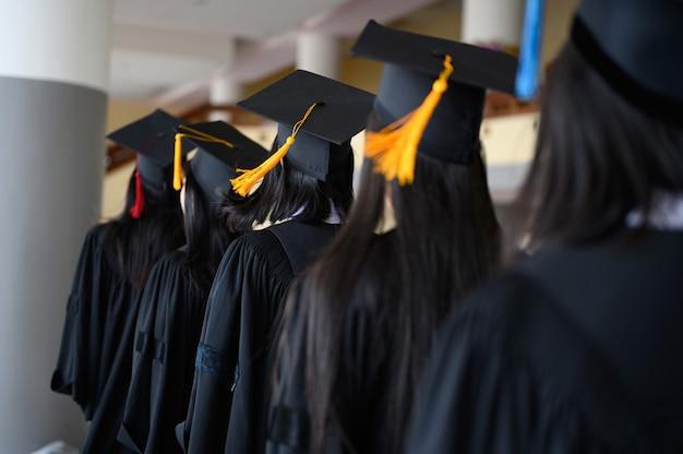 Absolwenci studenccy nosili czarny kapelusz, czarny kapelusz na ceremonii ukończenia studiów na uniwersytecie.