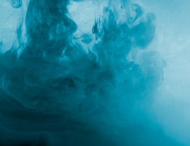 Abstrakcjonistyczna błękitna chmura mgiełka w cieczu