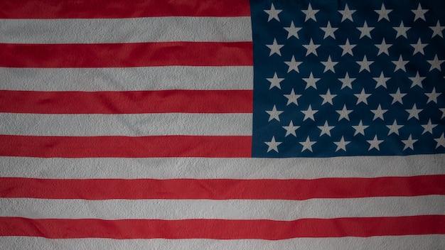 Abstrakcjonistyczna flaga amerykańska na betonu cementu ścianie, usa chorągwiany tło z kopii przestrzenią. widok z góry