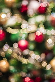 Abstrakcjonistyczna kolor plamy dekoraci piłka i światło sznurek na choince z bokeh zaświecamy tło