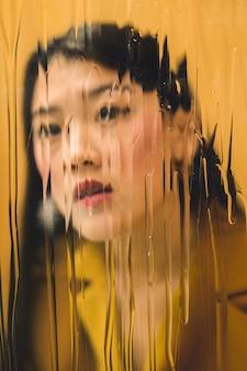 Abstrakcjonistyczna sesja zdjęciowa z ładną kobietą