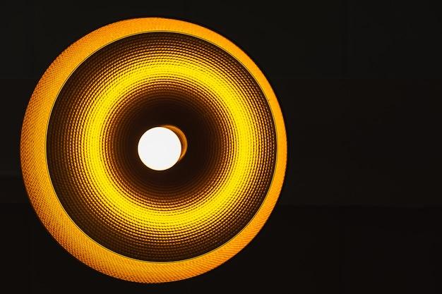 Abstrakcjonistyczna wolframu rocznika lampa z ciemnym tłem z przestrzenią dla teksta