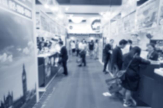 Abstrakcjonistyczna zamazana wydarzenie wystawa z ludźmi tło